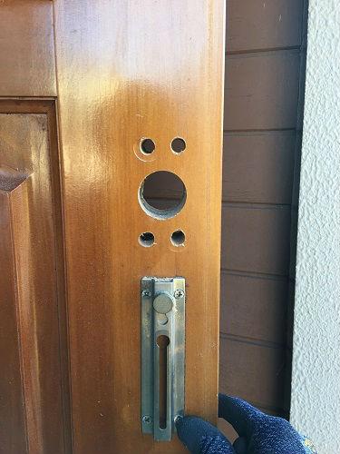 新規に錠前を増設する為、ドアに穴を加工しました。