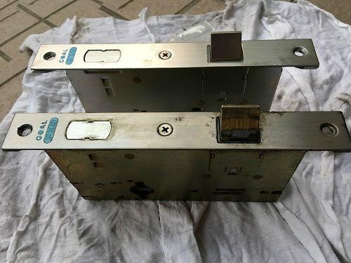 上:新しい錠ケース   下:不具合の錠ケース
