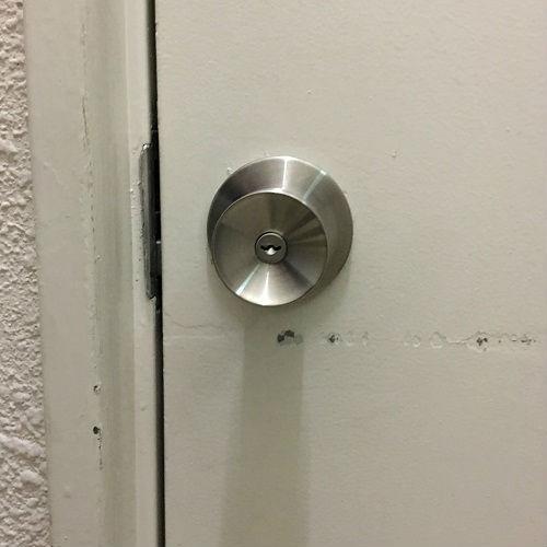 交換後 白い側が鍵穴に変わっています
