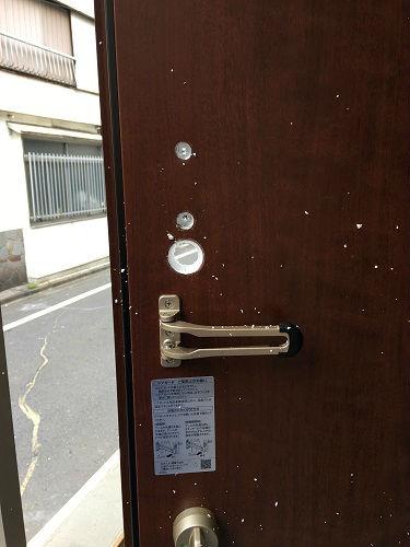 作業途中:ドアに穴をあけます