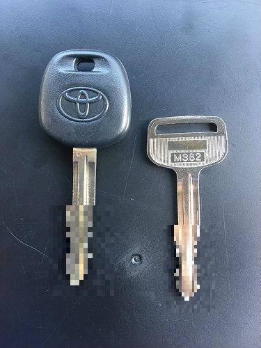 作業完了!!  左:イモビ入りのカギ  右:ドアの開閉のみ(エンジンはかかりません)
